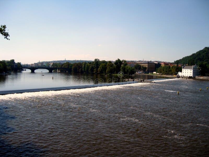 Los rápidos en el río de Moldava fotografía de archivo
