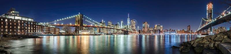 Los rascacielos del Lower Manhattan, del puente de Brooklyn y del puente de Manhattan por la tarde fotos de archivo libres de regalías
