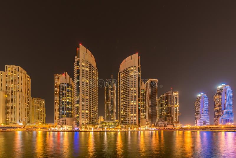 Los rascacielos del puerto deportivo de Dubai durante horas de la noche foto de archivo