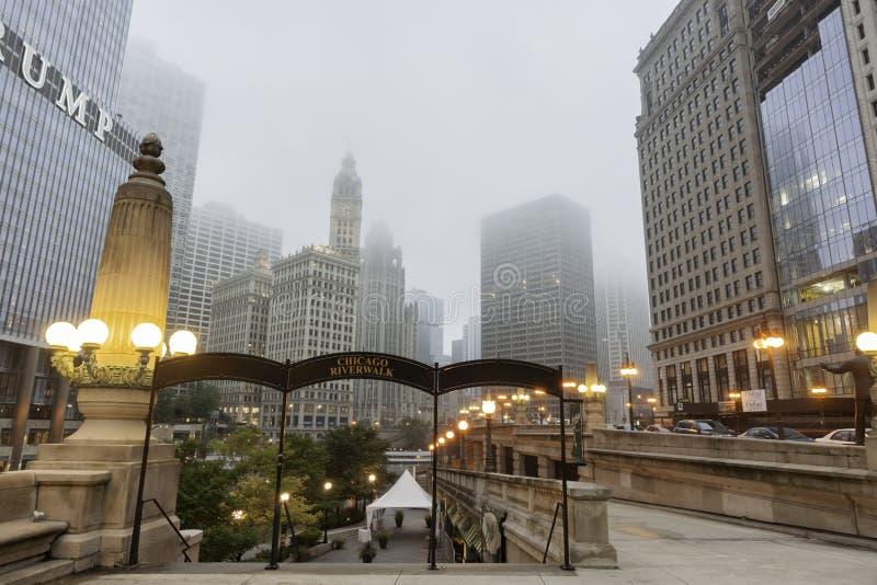Los rascacielos suben en pasos del aound de la niebla de Chicago al río Chicago fotografía de archivo