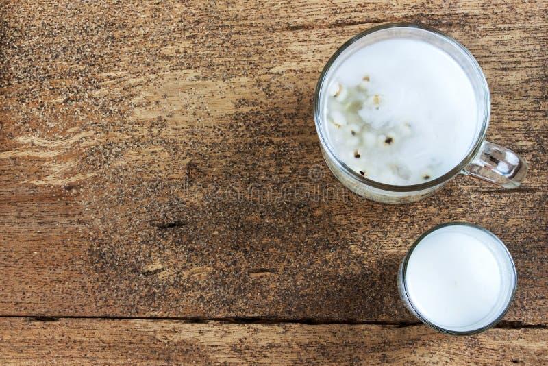 Los rasgones del trabajo del cereal con leche de coco fotografía de archivo