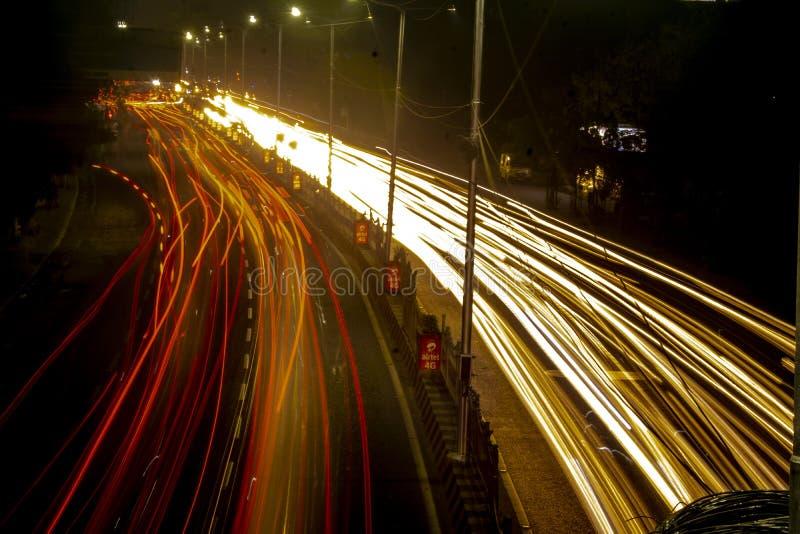 Los rastros ligeros trafican la calle del camino del obturador fotos de archivo libres de regalías