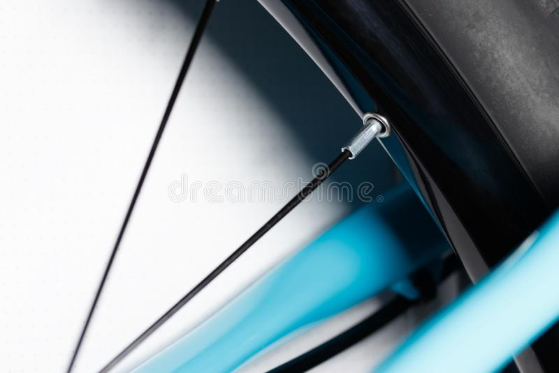 Los rayos de la bicicleta del borde en una rueda imagen de archivo