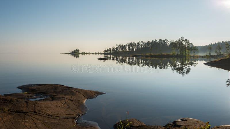 Los rayos de la mañana del sol iluminan la naturaleza de Valaam fotos de archivo
