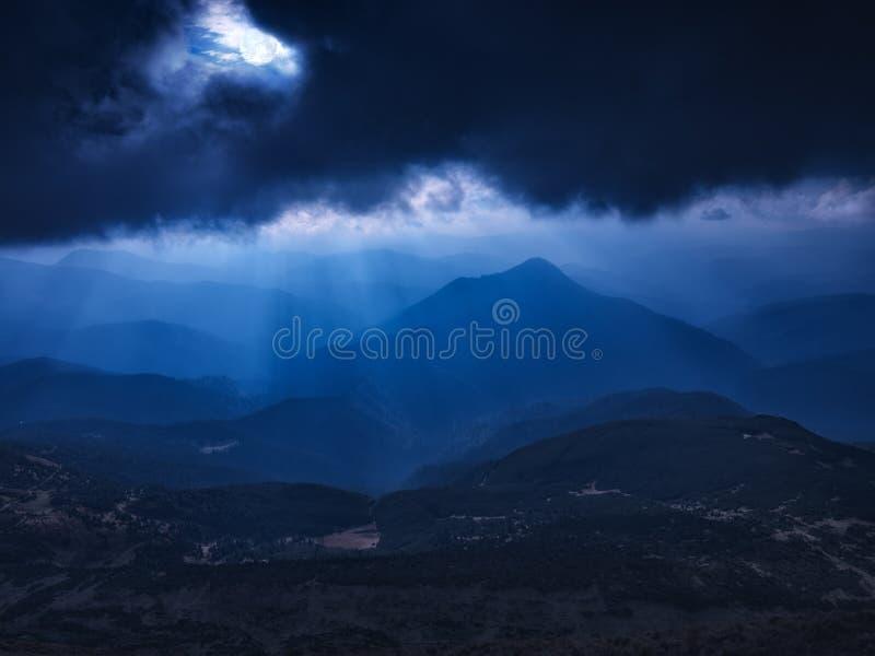 Download Los Rayos Del Claro De Luna Brillan Al Valle Foto de archivo - Imagen de tarde, recorrido: 100531498