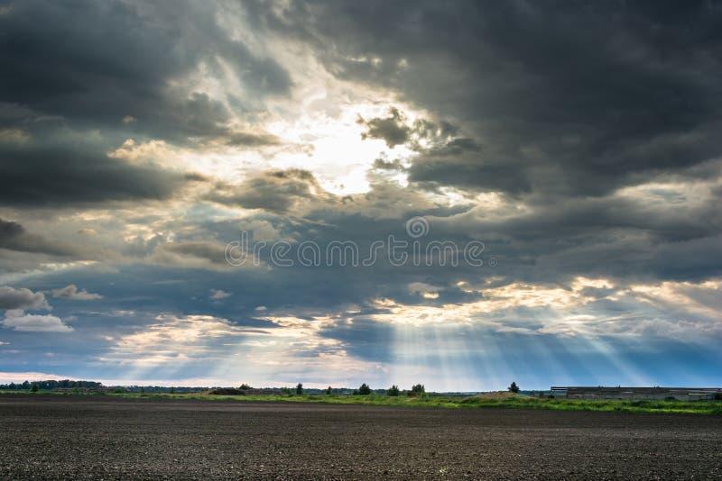 Los rayos del sol que estalla de las nubes imagenes de archivo