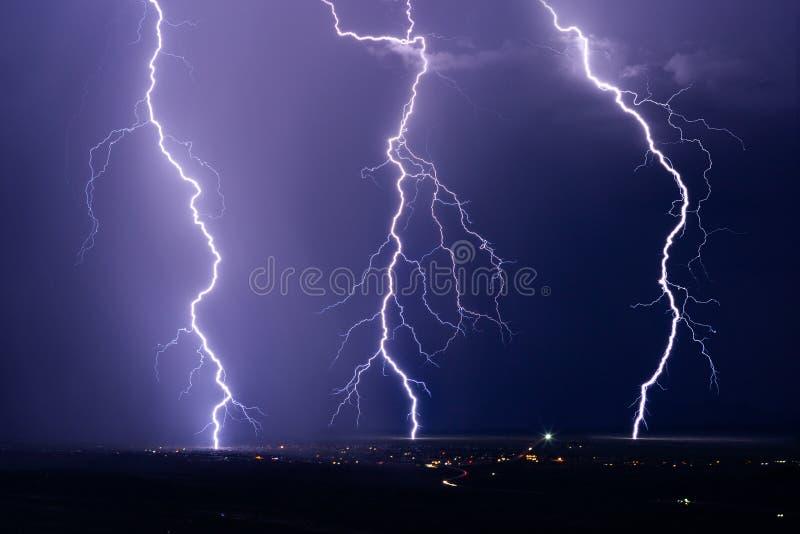 Los rayos pegan de una tormenta eléctrica del verano imagen de archivo libre de regalías