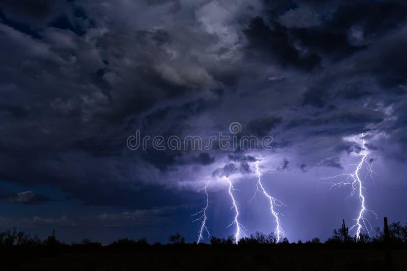 Los rayos pegan en una nube de tormenta imágenes de archivo libres de regalías