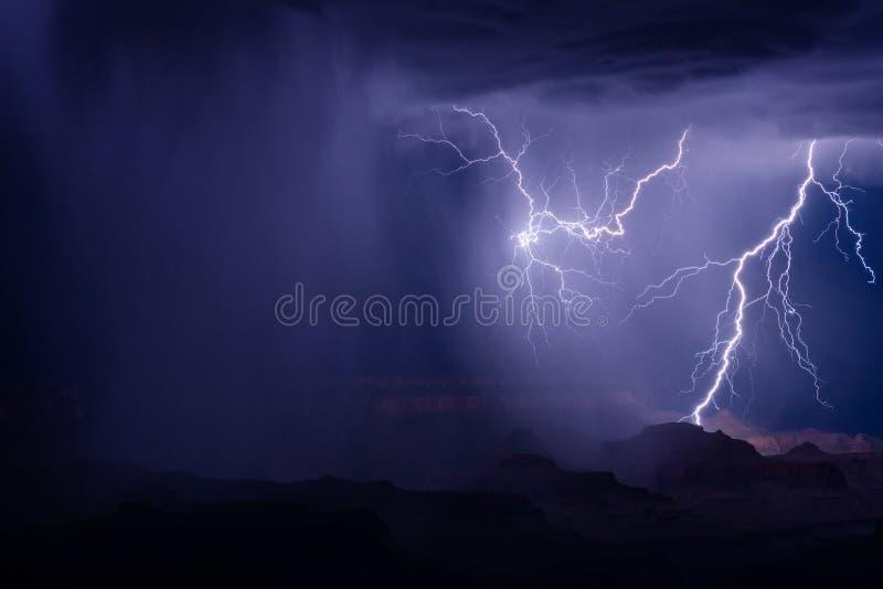 Los rayos pegan mientras que una tormenta cruza Grand Canyon fotos de archivo
