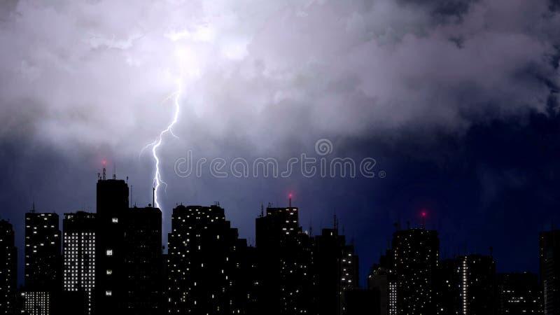 Los rayos sobre rascacielos, trueno dramático coinciden, mún tiempo imágenes de archivo libres de regalías