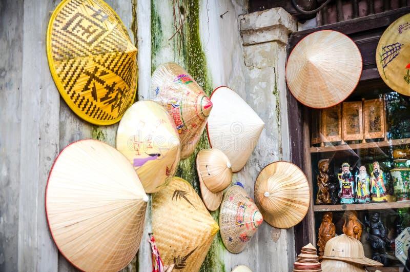 Los recuerdos tradicionales del ` s de Vietnam se venden en tienda en el ` s Pho cuarto viejo Co Hanoi, Vietnam de Hanoi fotografía de archivo