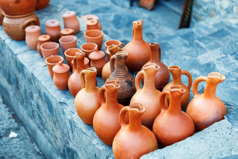 Los recuerdos vendieron en un mercado local en la ciudad vieja de Sheki, Azerbaijan fotografía de archivo
