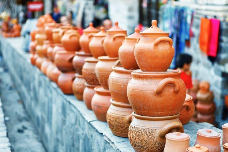 Los recuerdos vendieron en un mercado local en la ciudad vieja de Sheki, Azerbaijan foto de archivo