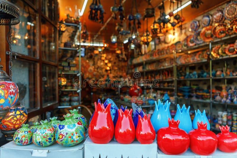 Los recuerdos vendieron en un mercado local en la ciudad vieja de Sheki, Azerbaijan imagen de archivo libre de regalías