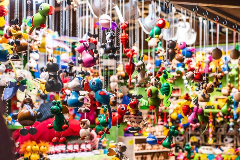 Los recuerdos y los juguetes tradicionales les gusta animales en el recuerdo de madera del invierno del mercado europeo de la Nav foto de archivo libre de regalías