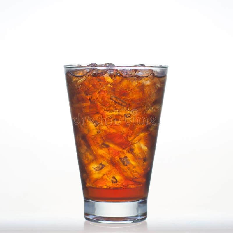 Los refrescos del sabor de la cerveza de raíz con agua y el hielo de soda en vidrio son fotos de archivo libres de regalías