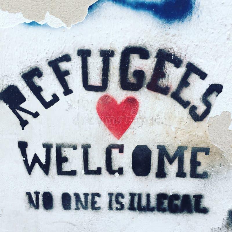 Los refugiados dan la bienvenida a Tarifa España imagenes de archivo