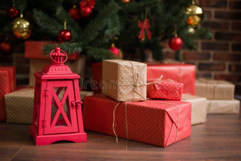 Los regalos de la Navidad están debajo del árbol de navidad fotos de archivo libres de regalías