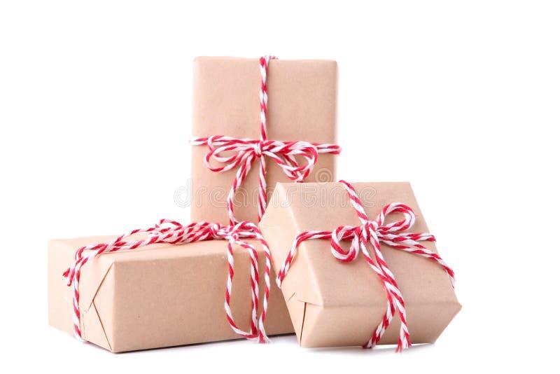 Los regalos de la Navidad presentan aislado en un fondo blanco imagenes de archivo