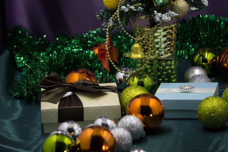 Los regalos debajo del árbol de navidad encienden el fondo imágenes de archivo libres de regalías