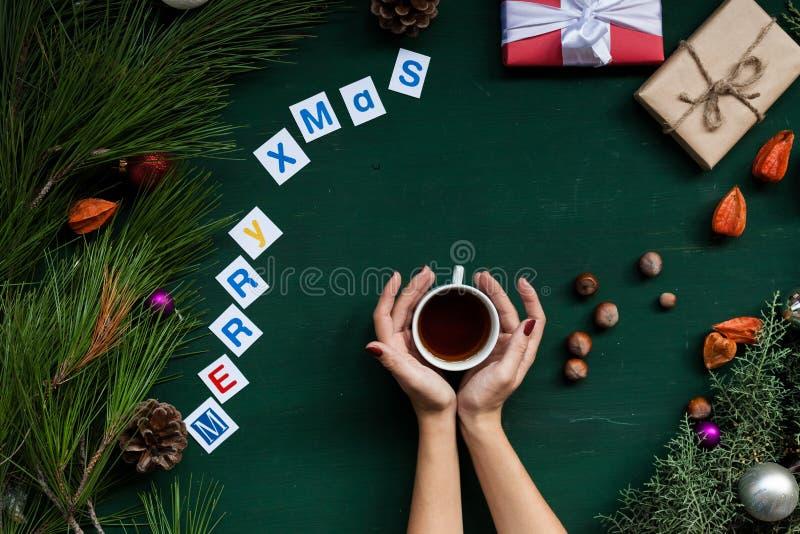 Los regalos del árbol de navidad del fondo de la Navidad del Año Nuevo dan invierno de los juguetes imagen de archivo libre de regalías