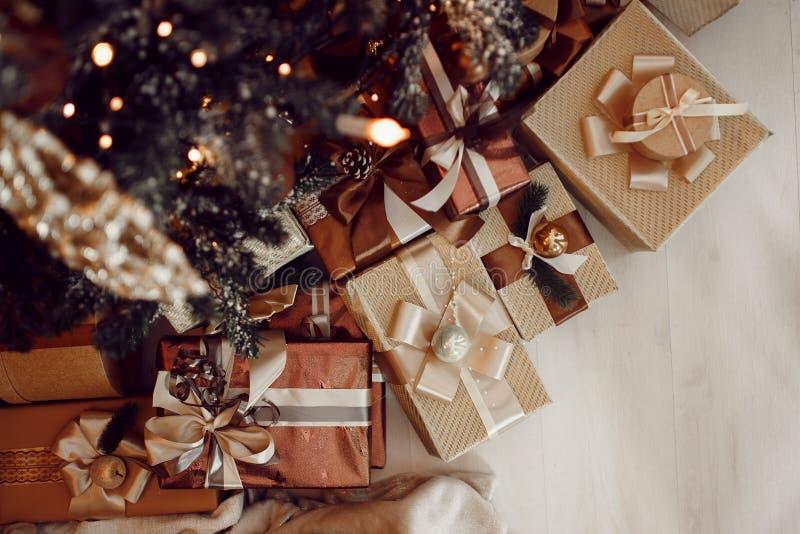 Los regalos están en el árbol de navidad, imagenes de archivo