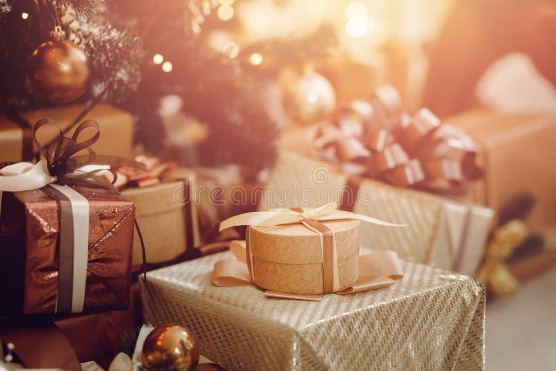 Los regalos están en el árbol de navidad, fotografía de archivo