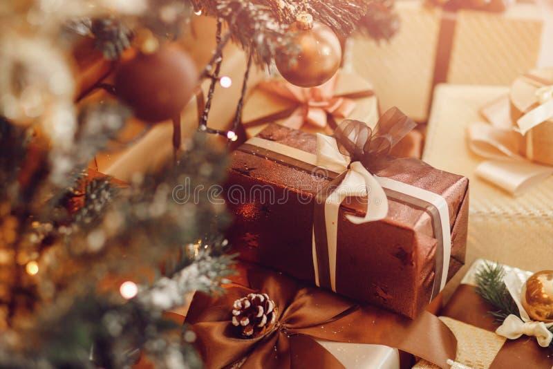 Los regalos están en el árbol de navidad, foto de archivo