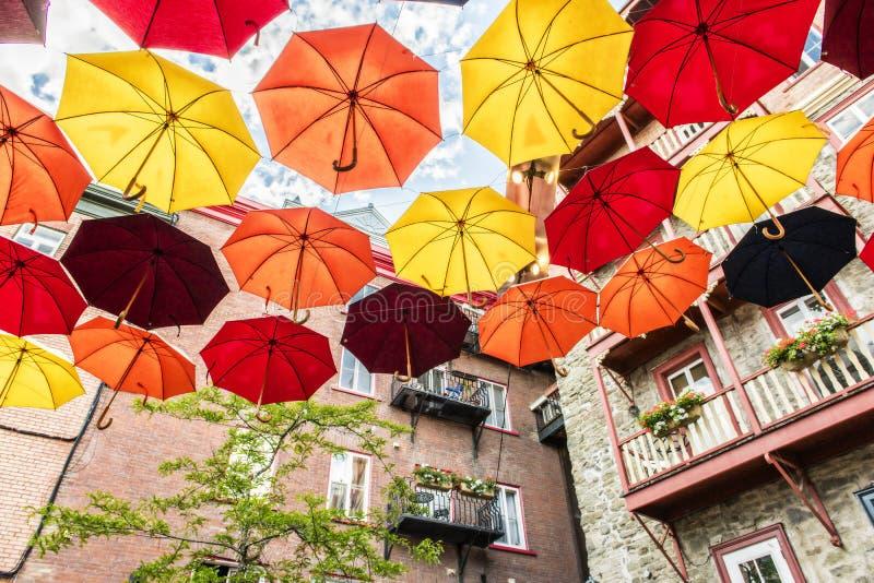 Los Regenschirme in kleiner Champlain-Straße Québec-Stadt, Kanada lizenzfreie stockbilder