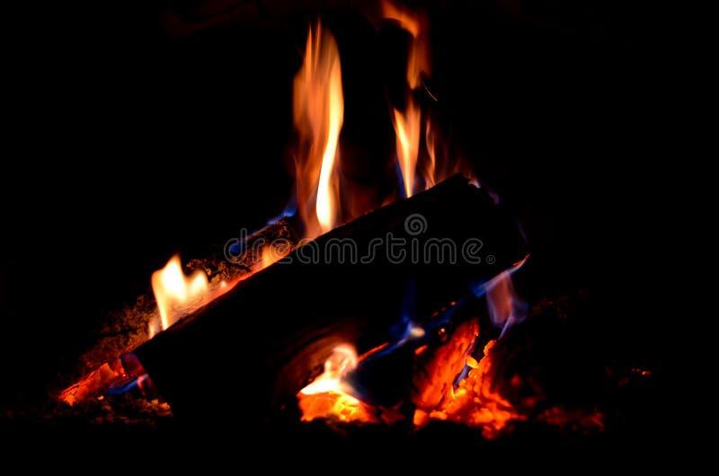 los registros grandes queman las llamas rojas y azules imágenes de archivo libres de regalías