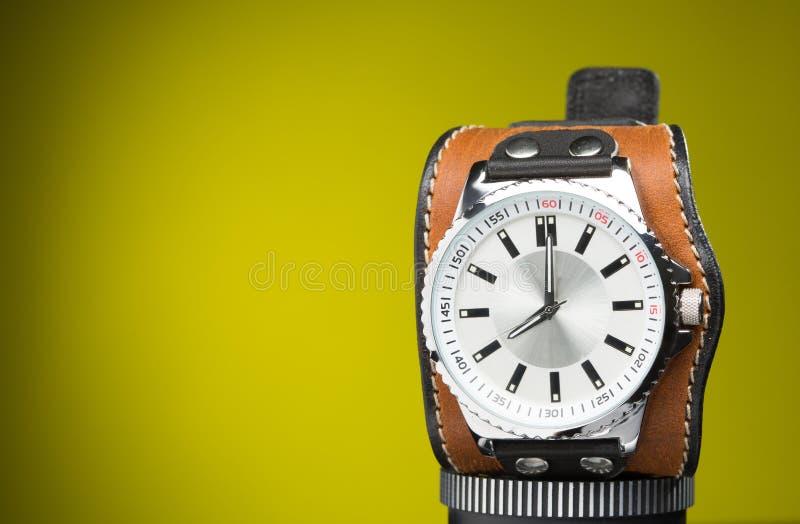 Los relojes de los hombres con la pulsera de cuero ancha imágenes de archivo libres de regalías