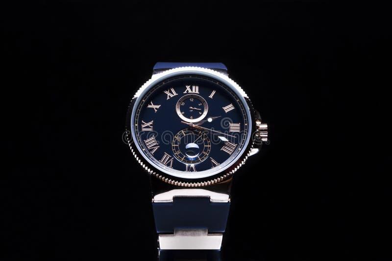 Los relojes de los hombres costosos imagenes de archivo