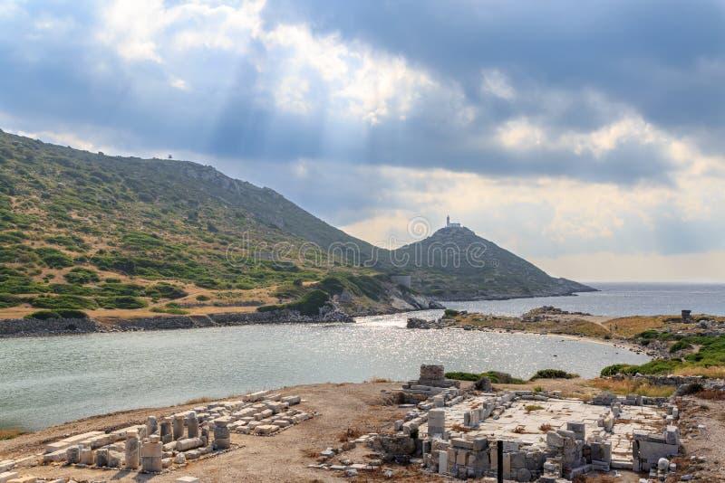 Los remmants y el faro de los knidos de la ciudad del griego clásico con el sol irradia foto de archivo libre de regalías