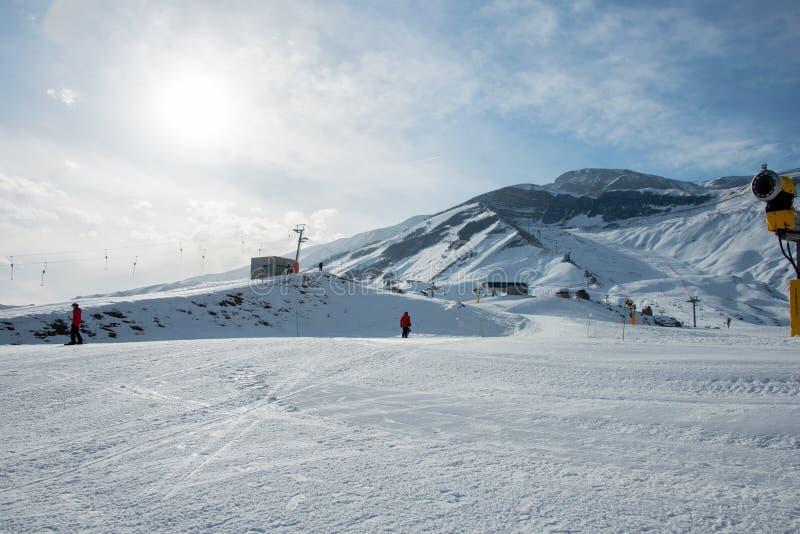 Los remontes en centro turístico de esquí de la montaña del shahdag fotografía de archivo libre de regalías