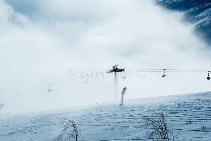 Los remontes en centro turístico de esquí de la montaña del shahdag imagen de archivo