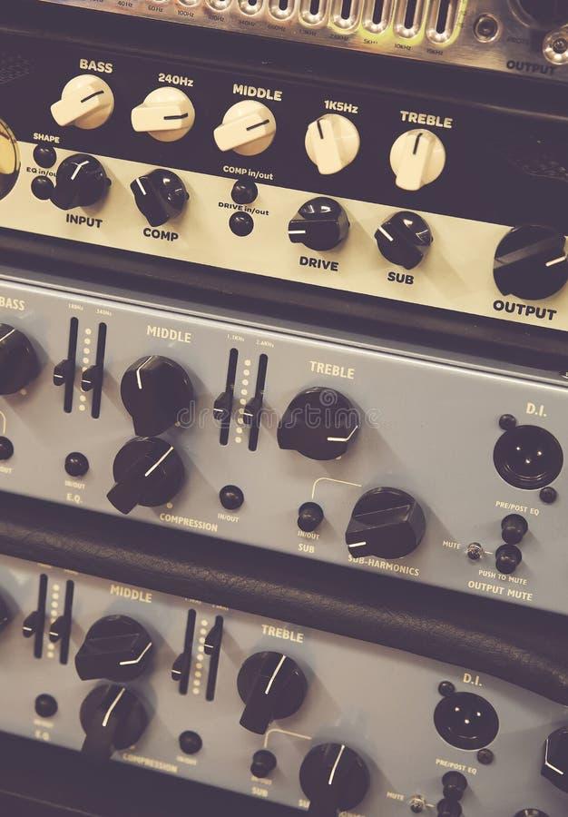Los resbaladores del mezclador de Digitaces usados para ajustan el nivel audio foto de archivo