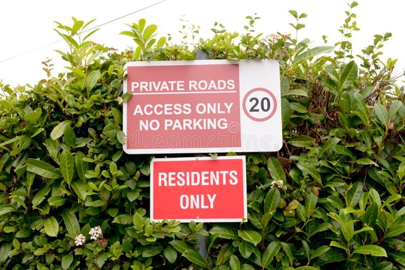 Los residentes solamente y los caminos privados - tenga acceso solamente a las muestras del estacionamiento prohibido fotografía de archivo