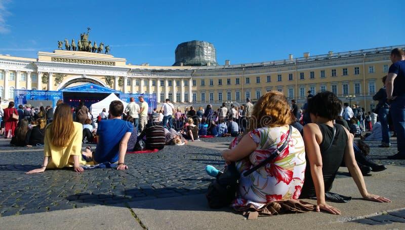 Los residentes y las huéspedes de St Petersburg disfrutan de un concierto libre de la música clásica en el cuadrado del palacio imágenes de archivo libres de regalías
