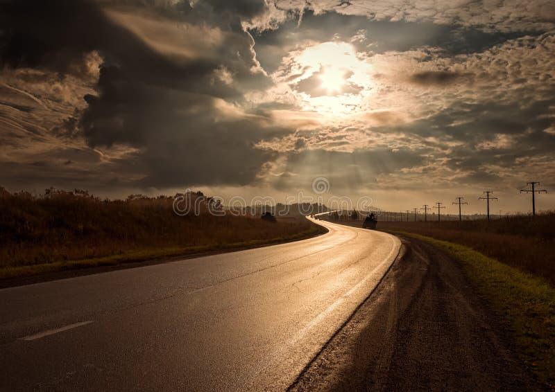 Los resplandores del camino de la puesta del sol en el sol se esfuerzan adelante fotografía de archivo