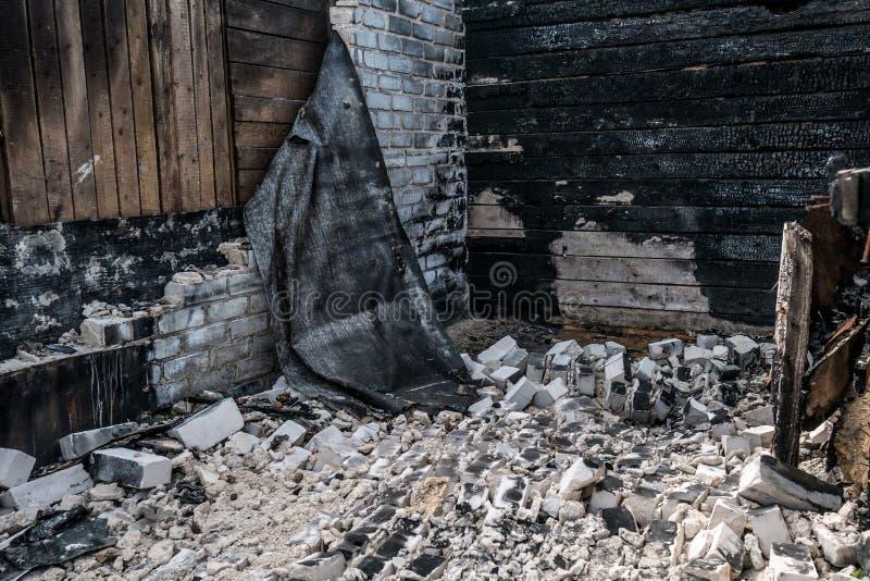 Los restos de la casa quemada Paredes quemadas foto de archivo