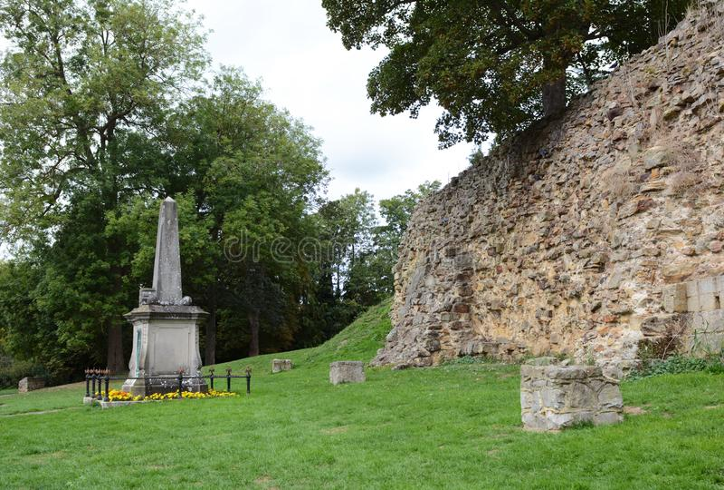 Los restos de la pared y el monumento de guerra normandos Tonbridge exterior se escudan imagen de archivo libre de regalías