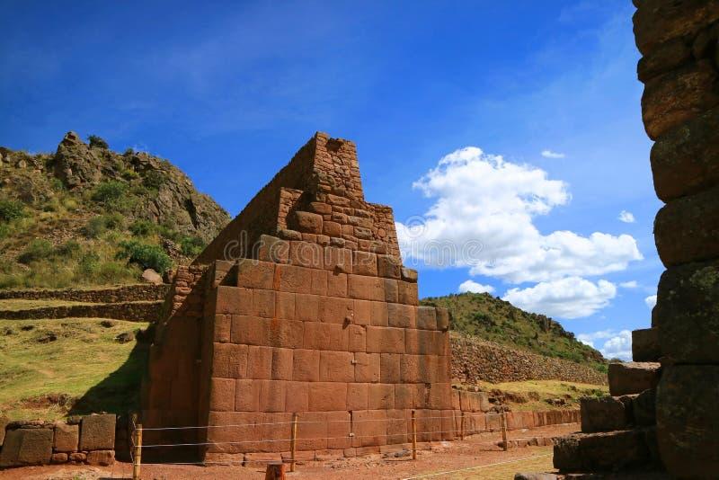 Los restos de 7 metros de alta pared de piedra de Pikillaqta, sitio arqueológico del Pre-inca en el valle del sur de Cusco fotografía de archivo libre de regalías