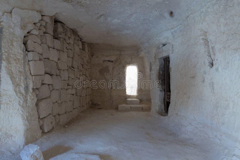 Los restos de un cuarto tallaron en la montaña debajo de la ciudad de Nabataean de Avdat, que está en el camino del incienso en e foto de archivo