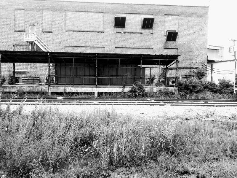 Los restos de un edificio solitario en una instalación industrial foto de archivo