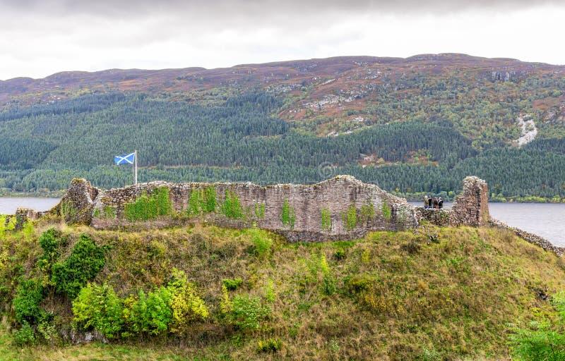 Los restos del practican obstruccionismo en el castillo de Urquhart en las orillas de Loch Ness imagenes de archivo