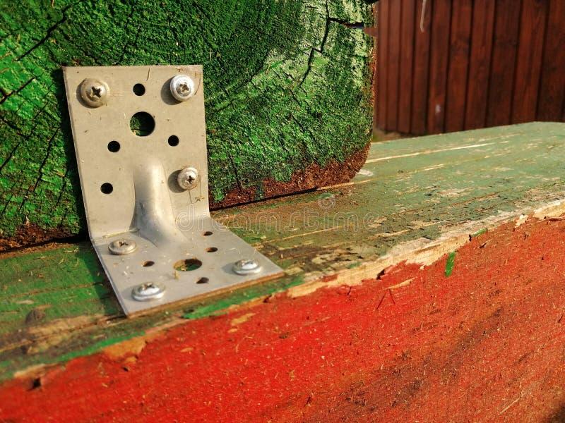 Los retrasos de madera sujetan el verde junto pintado y elementos constructivos rojos fotografía de archivo libre de regalías
