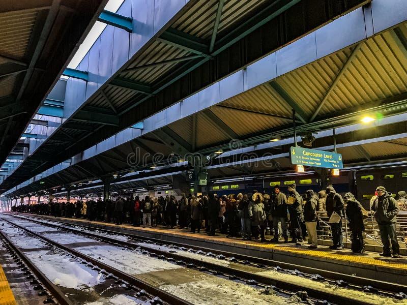 Los retrasos del tren de Metra causan la acumulación de viajeros en la plataforma fotos de archivo
