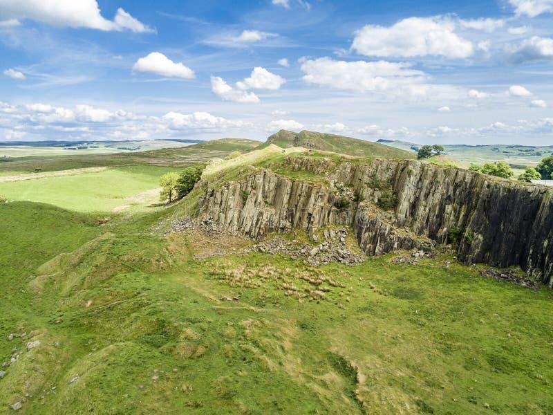 Los riscos de Walltown en el patrimonio mundial localizan la pared del ` s de Hadrian en el parque nacional hermoso de Northumber fotos de archivo