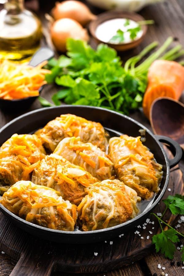 Los rollos de la col guisaron con la carne y las verduras en cacerola imagen de archivo