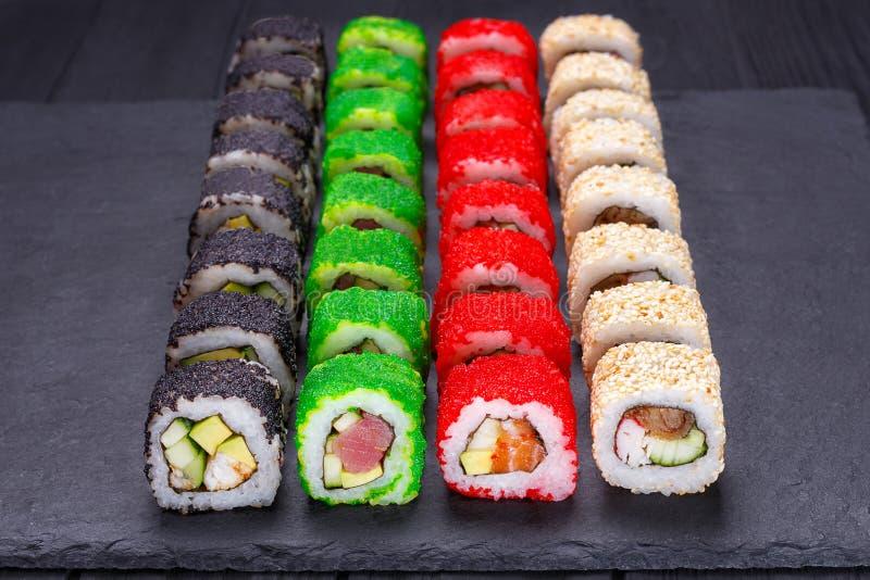 Los rollos de sushi multicolores apetitosos sabrosos del uramaki fijaron con de par en par fotos de archivo libres de regalías